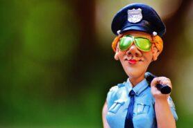 NA OBRAZKU MINIATURA KOBIETY POLICJANT W ŻARTOBLIWYM TONIE